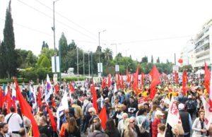 Strejkdemostrantion framför parlamentet